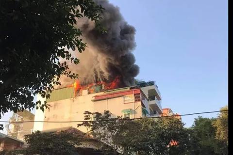 Hà Nội: Quán karaoke 7 tầng trên phố Thi Sách bốc cháy