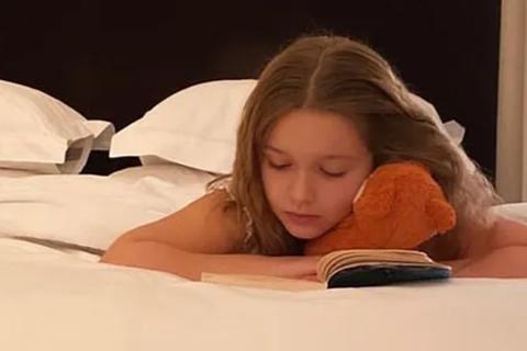 Công chúa út nhà Beckham ham mê đọc sách đến mức khiến mẹ... lo lắng