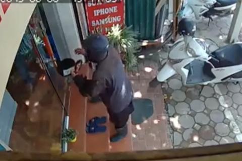 """Hà Nội: Chủ cửa hàng điện thoại sợ hãi kể giây phút đối mặt gã ăn xin """"quái dị"""""""