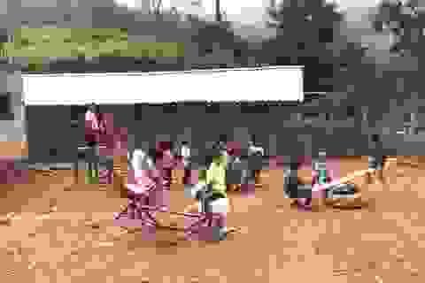 """Hàng chục học sinh mầm non """"co ro"""" trong lớp học trên triền núi"""