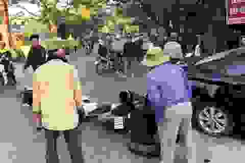 Ô tô đâm liên hoàn 3 xe máy, húc đổ tường, 2 người bị thương