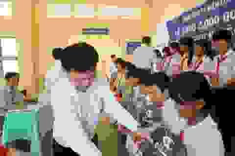 EVN SPC tặng 100 phần quàcho học sinh nghèo hiếu học của tỉnh Trà Vinh