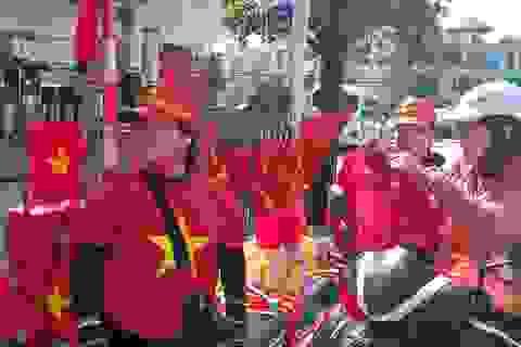 Áo, mũ, cờ... cổ vũ cho đội tuyển Việt Nam đắt khách