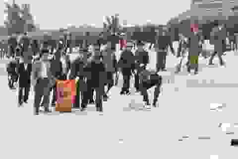 Hàng trăm cán bộ, chiến sĩ công an thu gom rác, làm sạch bãi biển Nhật Lệ