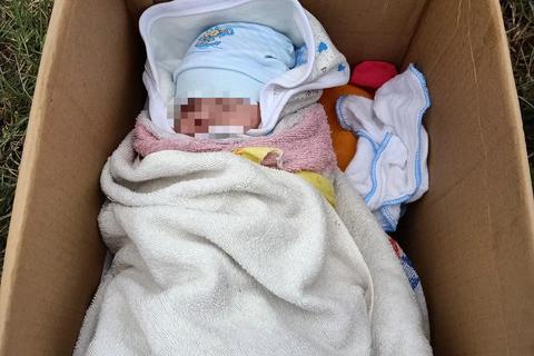 Hà Nội: Bé sơ sinh bị bỏ rơi trong thùng giấy cùng lời nhắn nhờ nuôi giúp