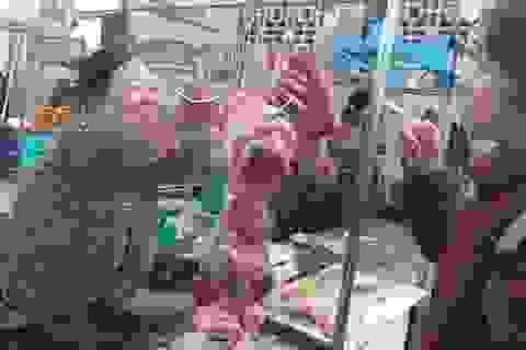 """Giá thịt heo phi mã, tiểu thương than lỗ, người tiêu dùng """"chùn tay"""" mua"""