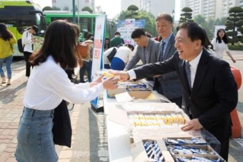 Hàn Quốc: Hiệu trưởng tự tay tặng bánh và đồ uống cho sinh viên