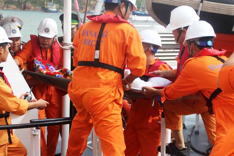5 ngư dân trên tàu cá hỏng máy, thả trôi trên biển