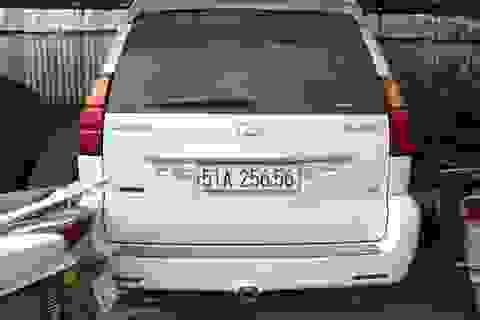 Hàng loạt xe sang Porsche, Lexus phủ bụi, hoen rỉ trong bãi giữ xe tại Hà Nội