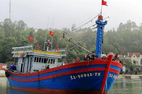 Kịp thời cứu nạn tàu cá cùng 14 ngư dân gặp nạn trên biển