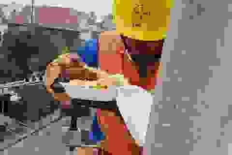 Xúc động bữa cơm trưa trên cao của người thợ điện