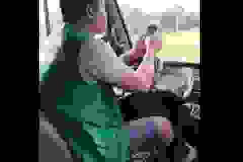 Tài xế xe buýt vừa lái xe vừa sử dụng điện thoại gây phẫn nộ dư luận