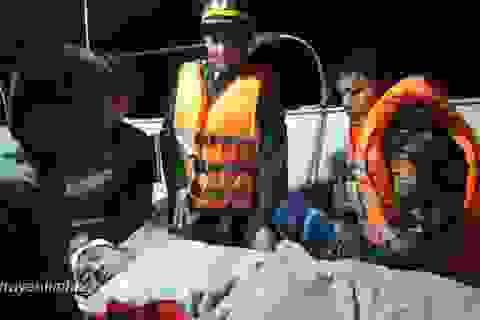 Vượt biển trong đêm đưa thuyền viên gặp nạn vào đất liền cấp cứu