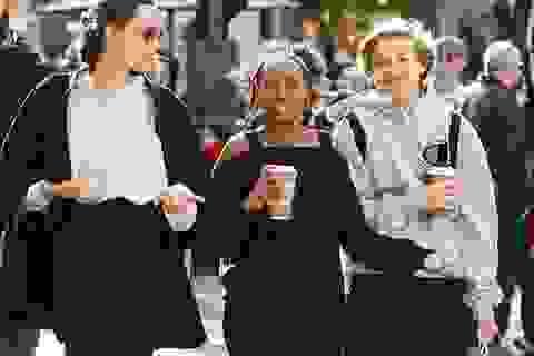 Angelina Jolie thanh lịch đưa con đi sắm quà giáng sinh