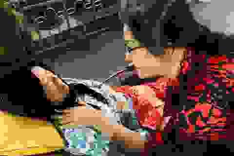 Con gái gần 60 tuổi 10 năm đưa mẹ đi đón Giáng sinh trên xe lăn