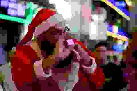 Khách Tây hoá thân thành ông già Noel đi phát quà trên phố Sài Gòn