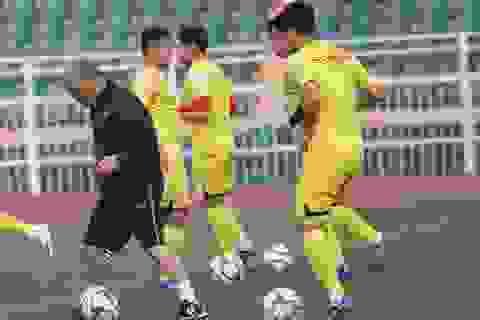 """HLV Park Hang Seo """"vờn bóng"""" với các cầu thủ trên sân tập"""