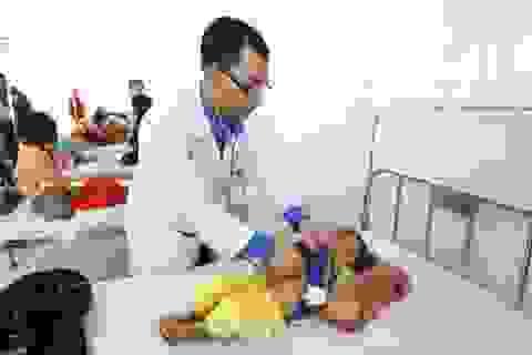 Gần 100 trẻ nhập viện cấp cứu sau bữa ăn từ thiện