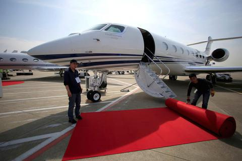 """Nội thất """"sang chảnh"""" bên trong các máy bay tư nhân đắt đỏ nhất thế giới"""