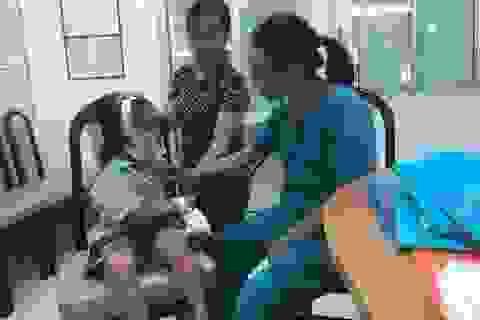 Bé gái bỏng nặng vì nghịch chai keo xịt tóc đã hết