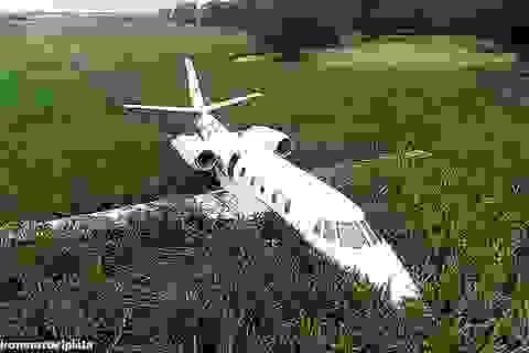 """Máy bay Argentina """"mài bụng"""" xuống đất do động cơ trục trặc"""