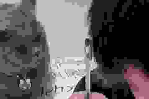 """Bật cười trước hình ảnh """"thầy giáo"""" mèo nghiêm khắc giám sát cậu chủ làm bài về nhà"""