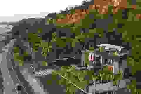 Khám phá biệt thự nằm giữa rừng xanh với cánh cửa xây nổi trên mặt nước