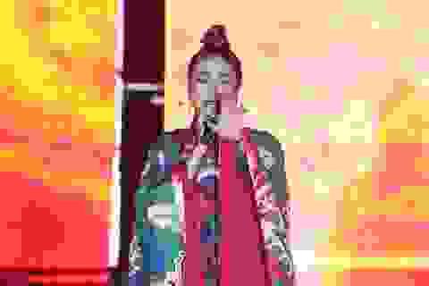 Hoàng Thùy Linh mặc cổ trang trình diễn trên sân khấu