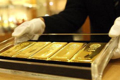 Giá vàng tăng lên mức đỉnh 7 năm, dân đua chốt lời