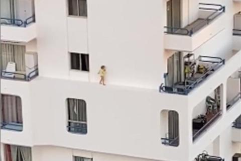 Thót tim xem em bé chạy tung tăng trên rìa tường tầng 4 tòa nhà cao tầng