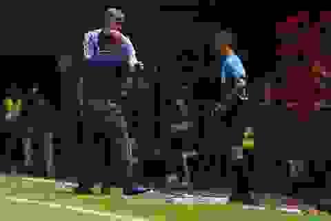 Thoát penalty nhờ VAR, thầy Park vui vẻ bắt tay tổ trọng tài