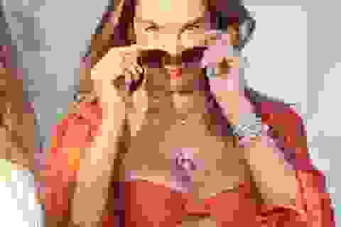 Alessandra Ambrosio bốc lửa trên bãi biển Uruguay