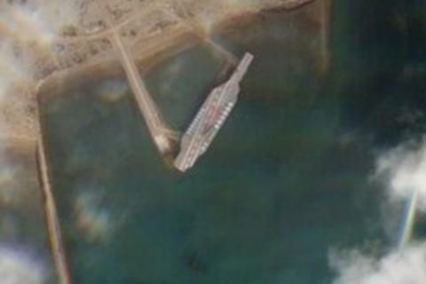 Iran dựng mô hình tàu sân bay Mỹ để diễn tập tấn công