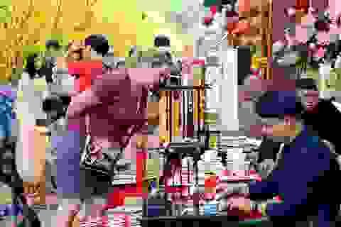 Khách nước ngoài thích thú dạo chơi phố ông đồ Sài Gòn