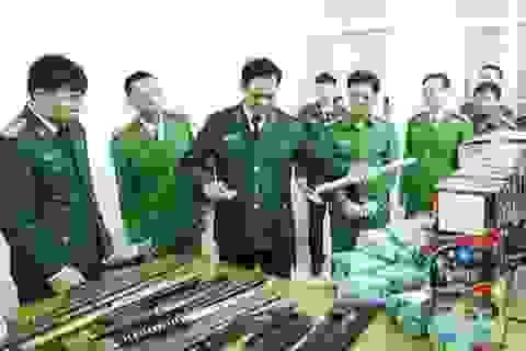 Bắt 4 đối tượng, thu hơn 80kg pháo cùng nhiều dao kiếm