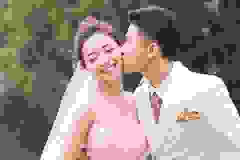 """Ngắm bộ ảnh cưới """"tình bể bình"""" của cầu thủ Phan Văn Đức và hot girl Nghệ An"""