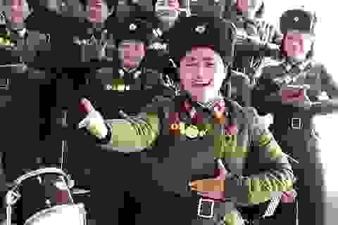 Nữ quân nhân Triều Tiên bật khóc khi trình diễn trước ông Kim Jong-un