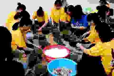 Nhà trường mua gần 1 tấn gạo gói bánh chưng cho học sinh