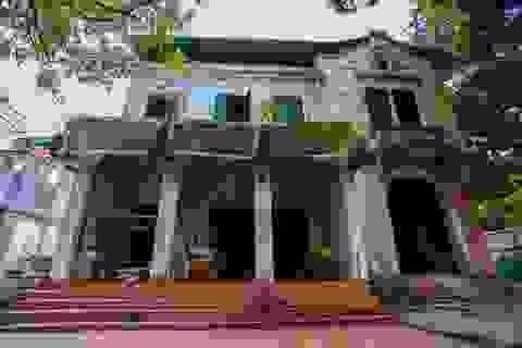 """Kiến trúc Pháp cổ của căn biệt thự bỏ hoang, nằm giữa đất """"vàng"""" ở Hà Nội"""