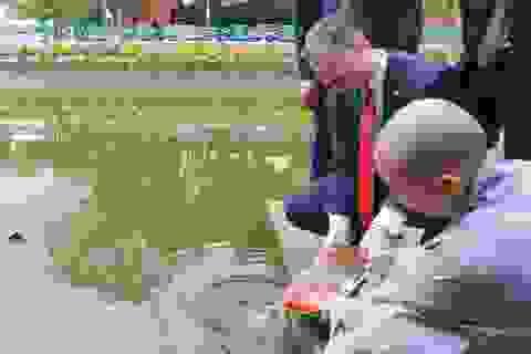 Đại sứ Mỹ thả cá chép, chúc mừng năm mới bằng tiếng Việt