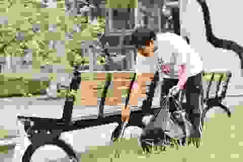 Phó Hiệu trưởng trường ĐH Bách khoa Hà Nội hăng say đi nhặt rác