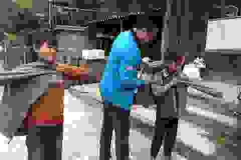 100 em nhỏ vùng biên giới Nghệ An được báo Dân trí tặng áo ấm giữa những ngày đông