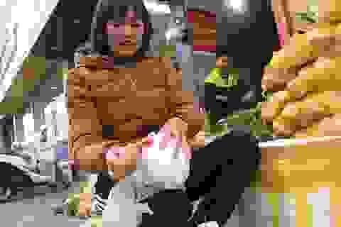Chị gái chặt dừa mỏi tay, bán 300 kg cùi non mỗi ngày làm mứt Tết