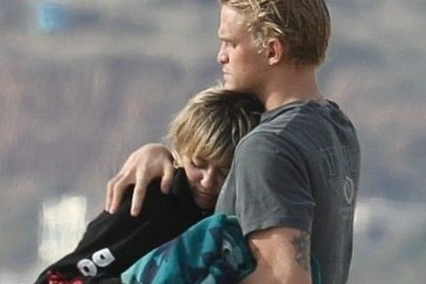 Miley Cyrus tình tứ bồ trẻ trên biển