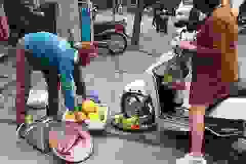 Xôn xao chuyện người phụ nữ cố tình chèn xe vào mẹt hoa quả của bà hàng rong