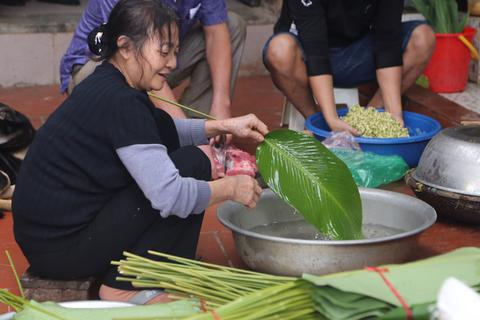 Mổ lợn gói bánh chưng đón Tết ở Đồng Tâm