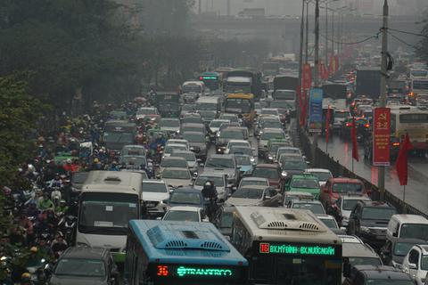 Người dân đổ về quê, cửa ngõ phía Nam Hà Nội ùn tắc sáng 28 Tết