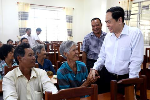 Chủ tịch UB Trung ương MTTQ  tặng quà Tết gia đình chính sách