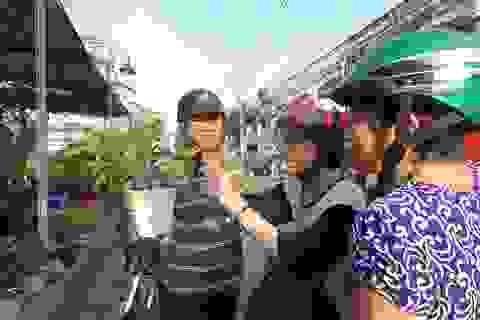Người Sài Gòn hưởng ứng việc mua hoa trước đêm 30 Tết