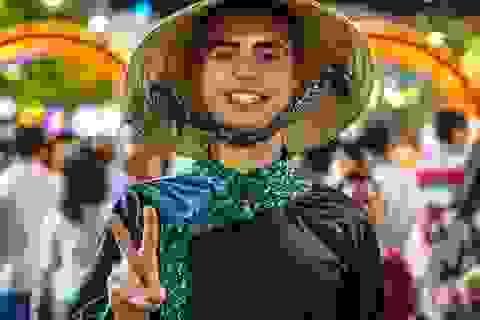 Háo hức chờ mở cửa đường hoa Nguyễn Huệ, khách nước ngoài chuẩn bị áo dài, nón lá trước cả tuần